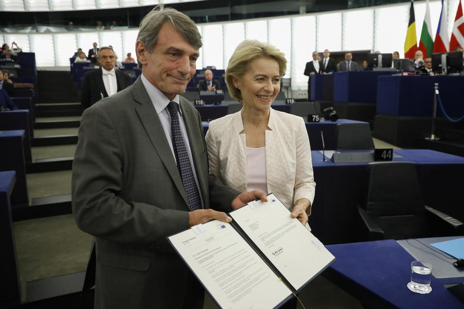 David Sassoli (l), EU- Parlamentspräsident, gratuliert Ursula von der Leyen nach der Bekanntgabe der Wahlergebnisse im Plenarsaal.