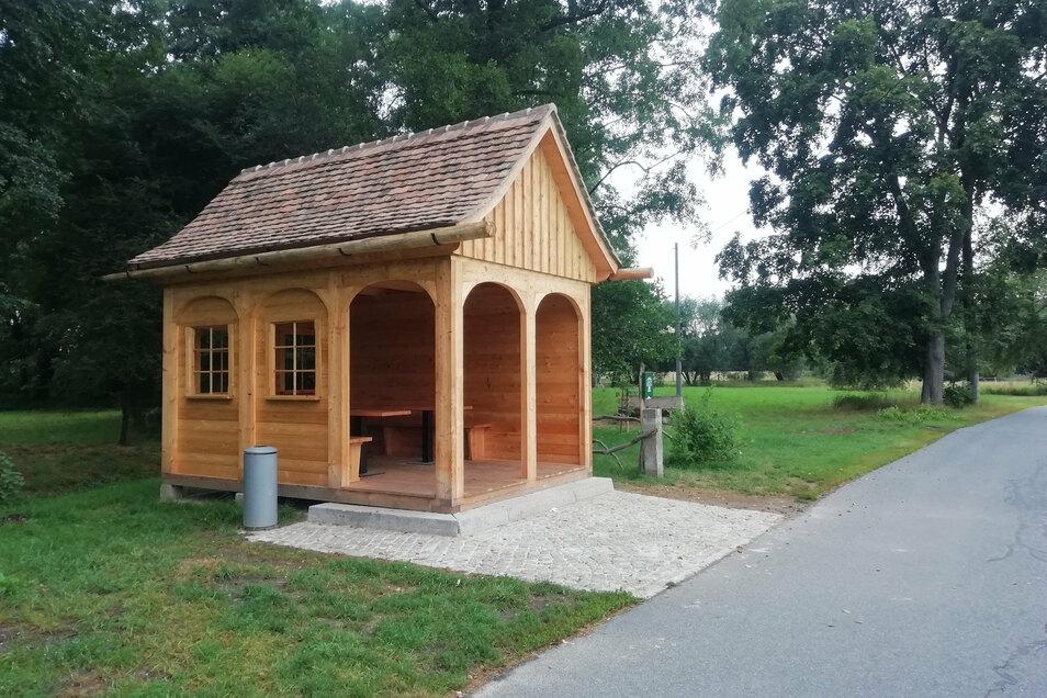 Mit einer Rasthütte im typischen Umgebindehausstil will die Gemeinde Sohland Nutzern des Spreeradweges eine Eigenheiten der Region nahebringen.