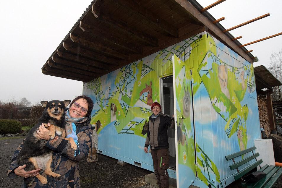 Die ehemalige Tierheimleiterin Marlies Przybilla (links) und Mitarbeiterin Patricia Tazelt sind sehr froh über den neuen Pausenraum im bunten Container.