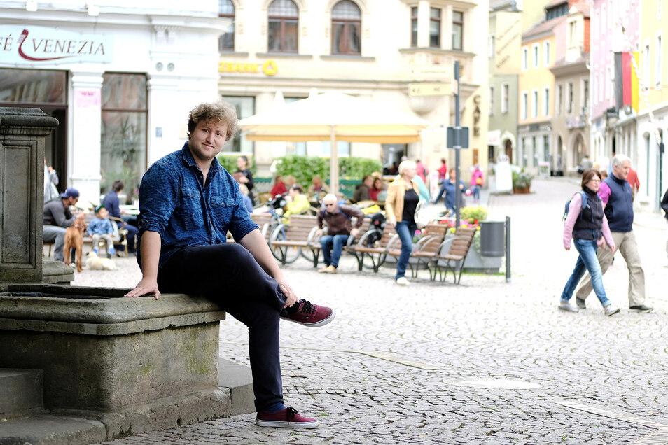 Maximilian Helm ist 25 Jahre alt, hat keinen Führerschein und trinkt gern Sekt. Dinge, die manch einer bei Männern befremdlich findet.
