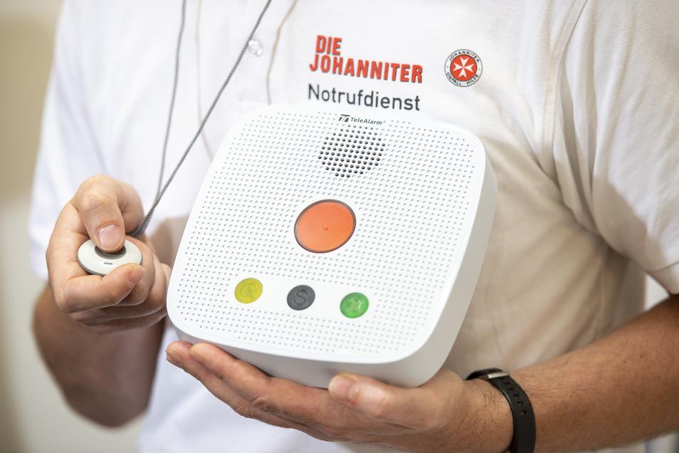 Kleiner Knopf, große Wirkung: Der Kasten wird in der Wohnung installiert und ist die Verbindung zur Hilfe.