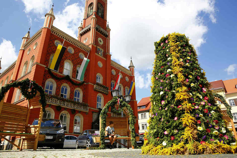Auch auf dem Marktplatz sieht es wunderschön geschmückt aus. Die Kommunalen Dienste der Stadt haben eine Blumenpyramide aufgestellt.