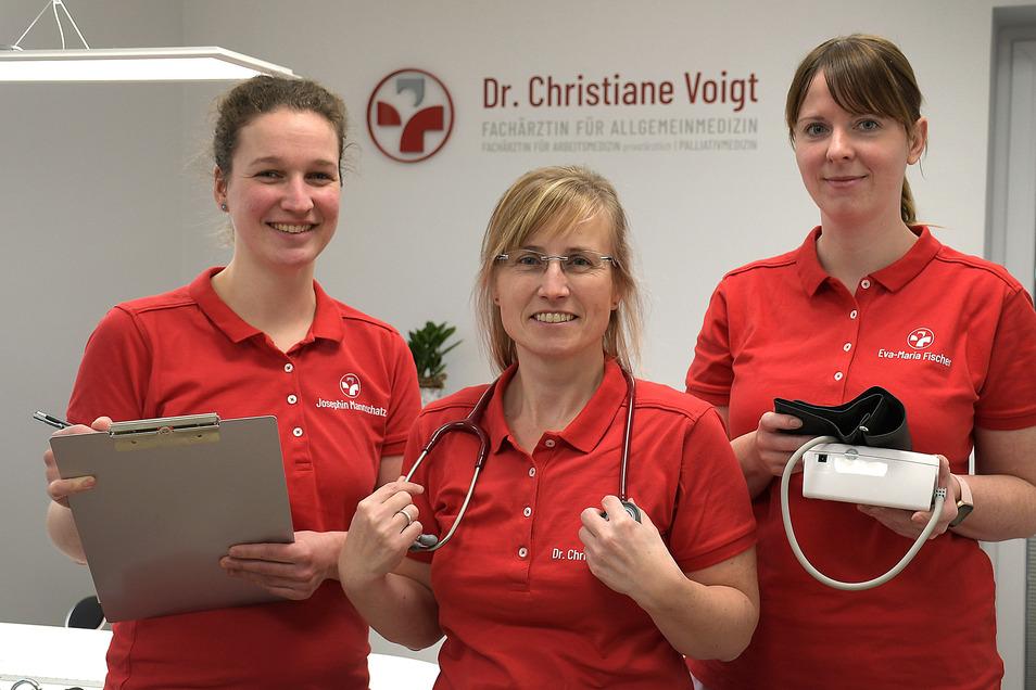 Die Medizinischen Fachangestellten Josephin Mannschatz (links) und Eva-Maria Fischer (rechts) unterstützen die Allgemeinmedizinerin Dr. Christiane Voigt in ihrer neuen Praxis.