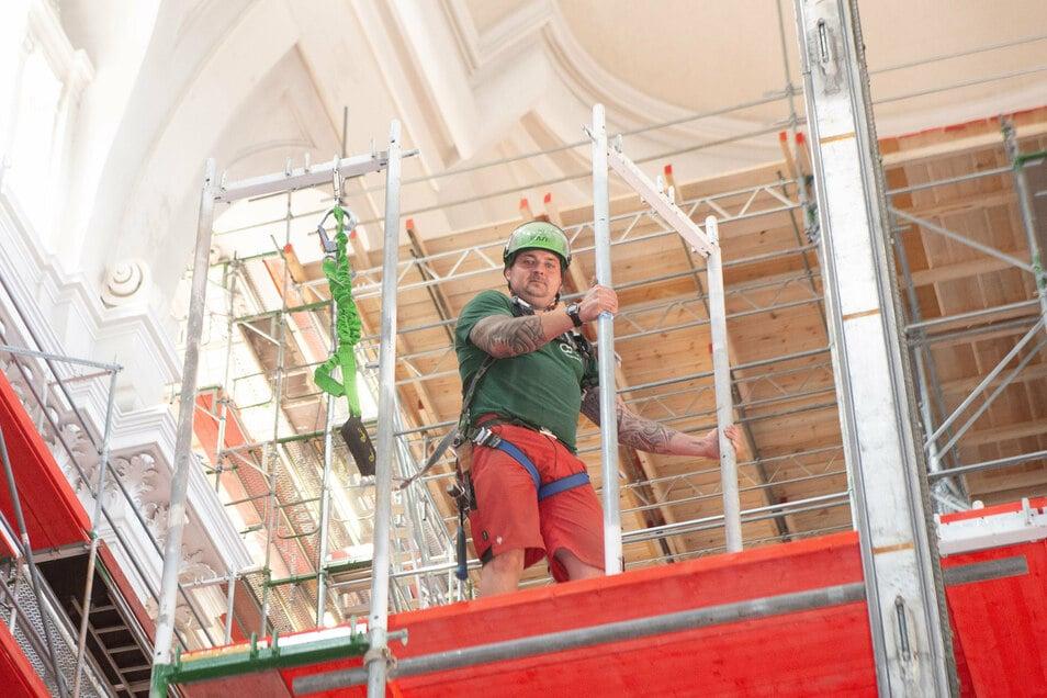 Sicherheit ist für Enrico Lieberenz und die anderen Gerüstbauer bei der Arbeit in luftiger Höhe äußerst wichtig. So tragen sie Helme und sind an den Sicherheitsgurten immer angeseilt.