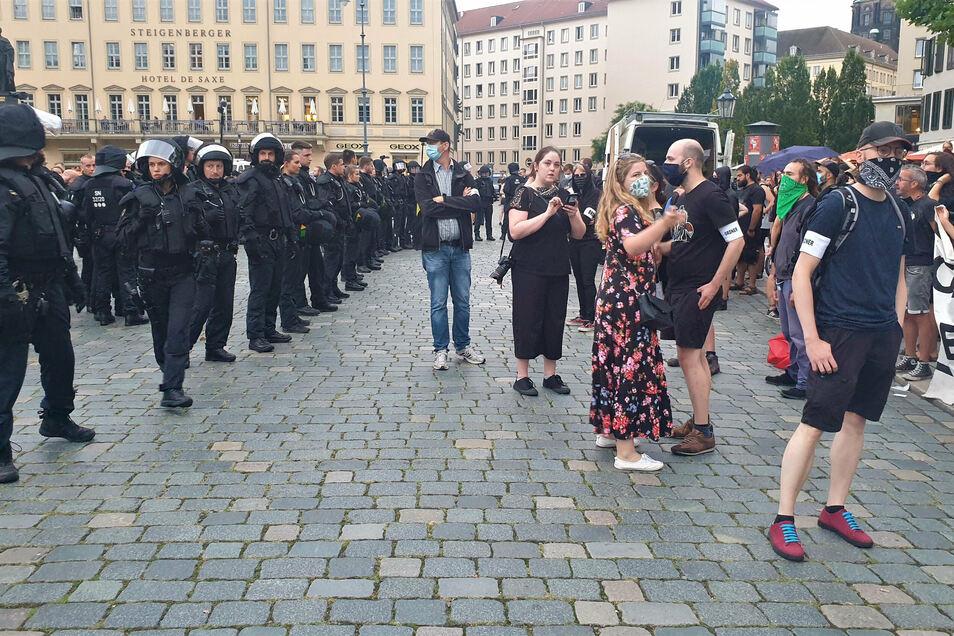 Eine Doppelreihe Polizisten trennte am Montag nach den Auseinandersetzungen die Gegendemonstranten von Pegida.