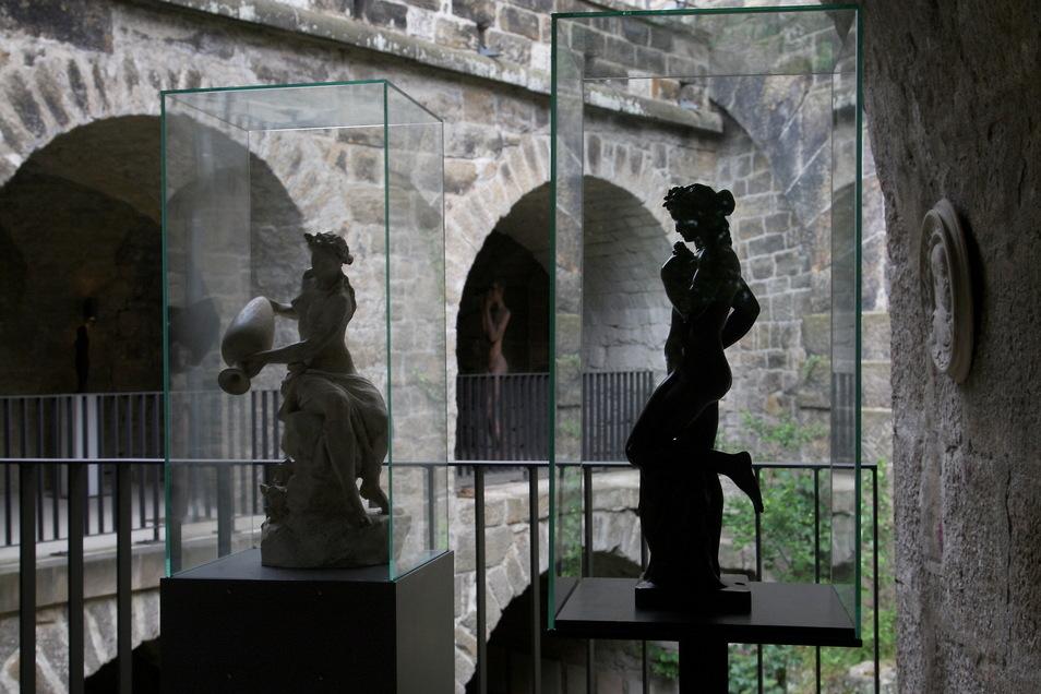 Skulpturensommer in Pirna: Feine Kunst trifft auf wuchtiges Bauwerk.