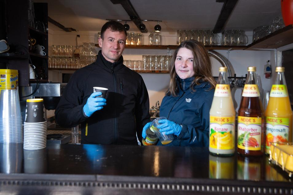 Gastronomie in Corona-Zeiten: Robert Gutsche und Selma Hohnstein sind auf die Eröffnung des Biergartens vorbereitet. Als Imbiss wollen sie sobald wie möglich zumindest Getränke ausschenken und Bratwurst verkaufen. Natürlich so gut es geht hygienisch mit G