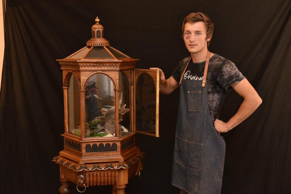 Tischler-Jungmeister Paul Klotzsche aus Pirna mit seinem Meisterstück, einem edlen Terrarium.