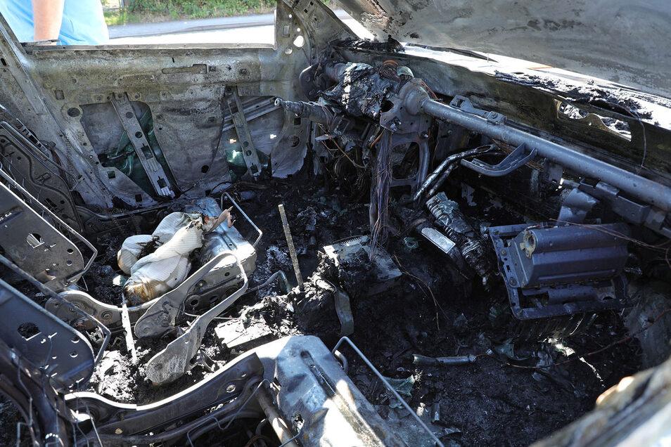 Das Feuer zerstörte den Wagen nahezu komplett.