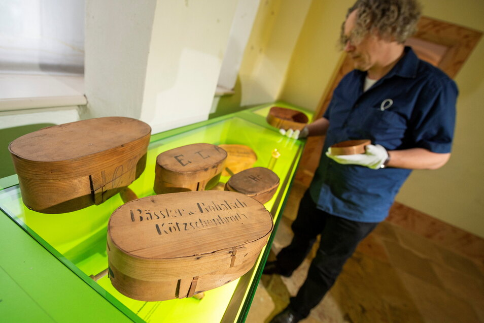 Museumsleiter Frank Andert mit Behältnissen, mit denen die Lößnitz-Erdbeeren verschickt wurden.