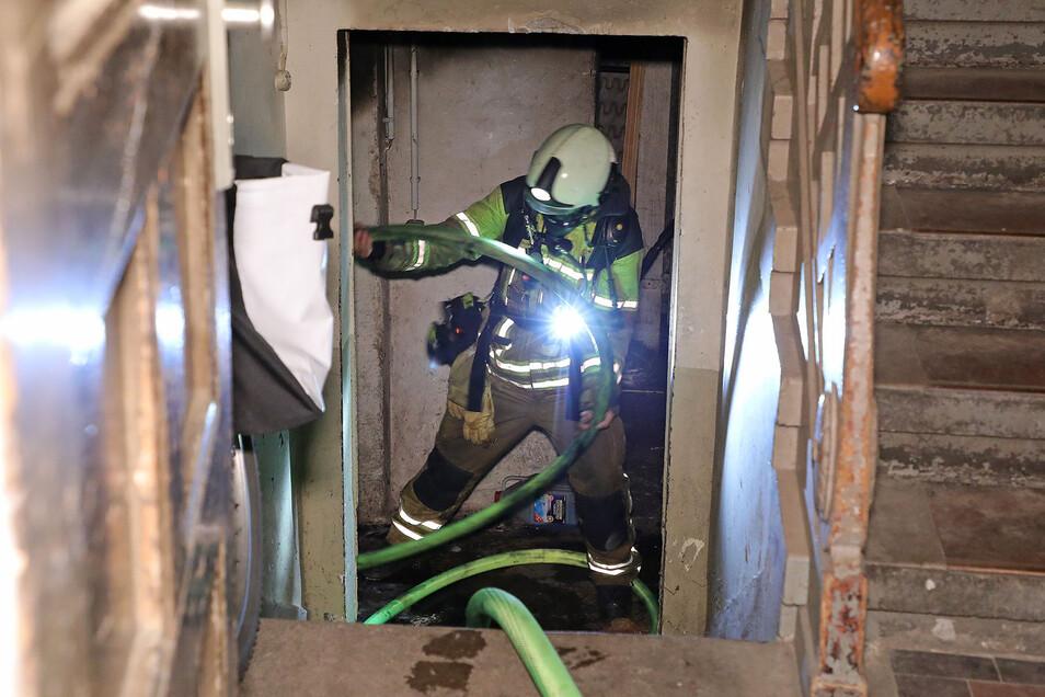 In einem Keller musste die Feuerwehr am Sonntagabend einen Sperrmüll-Brand löschen.