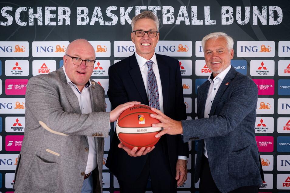 Vor zwei Wochen präsentierte Ingo Weiss (l,), der Präsident des Deutschen Basketball Bunds, den neuen Bundestrainer Gordon Herbert (M.) gemeinsam mit Armin Andres, Vizepräsident. Nun hat Weiss aber alles andere als Grund zur Freude.