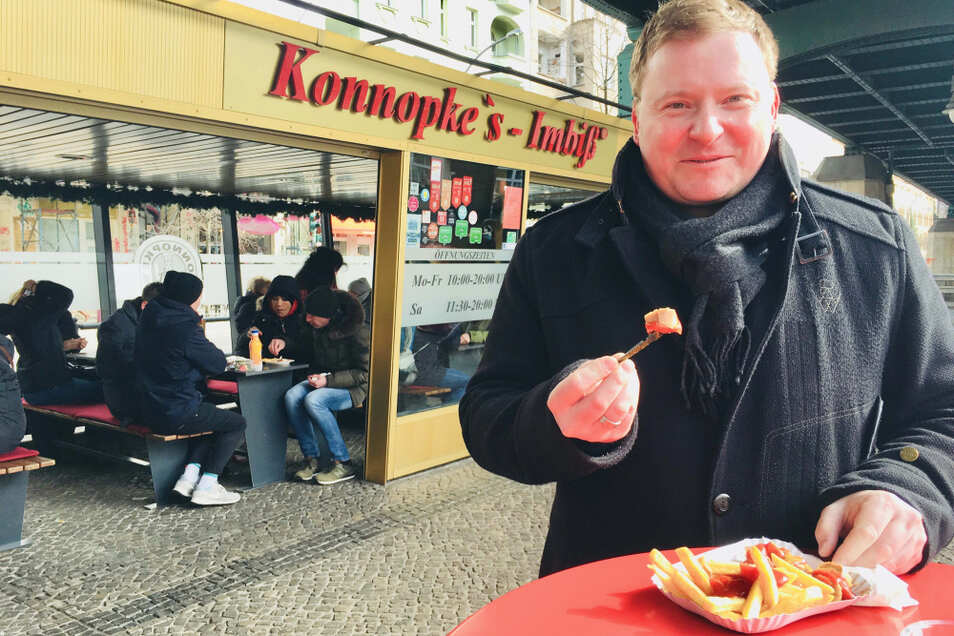 """Currywurst am Berliner Konnopke-Imbiss. Ein Groß Döbberner etablierte sie dort. Der Sportplatz in Groß Döbbern soll nach """"Wurstmaxe"""" benannt werden."""