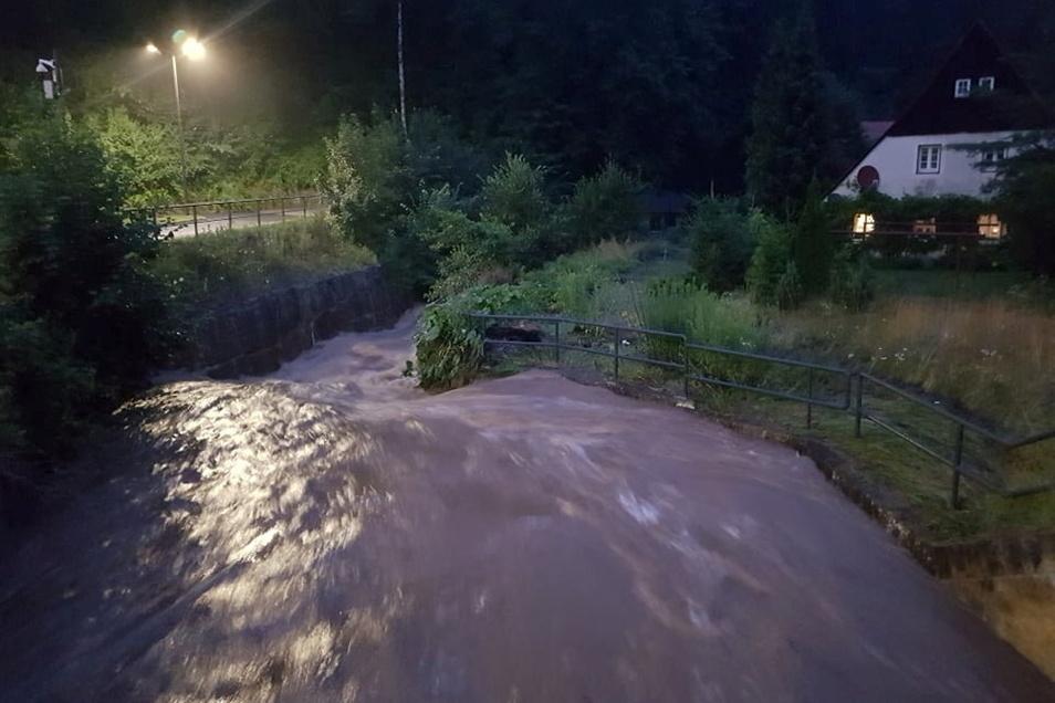 In Königstein-Hütten haben die Anwohner stundenlang gebangt. Am späten Abend fällt der Pegel langsam, dennoch sieht es noch bedrohlich aus.