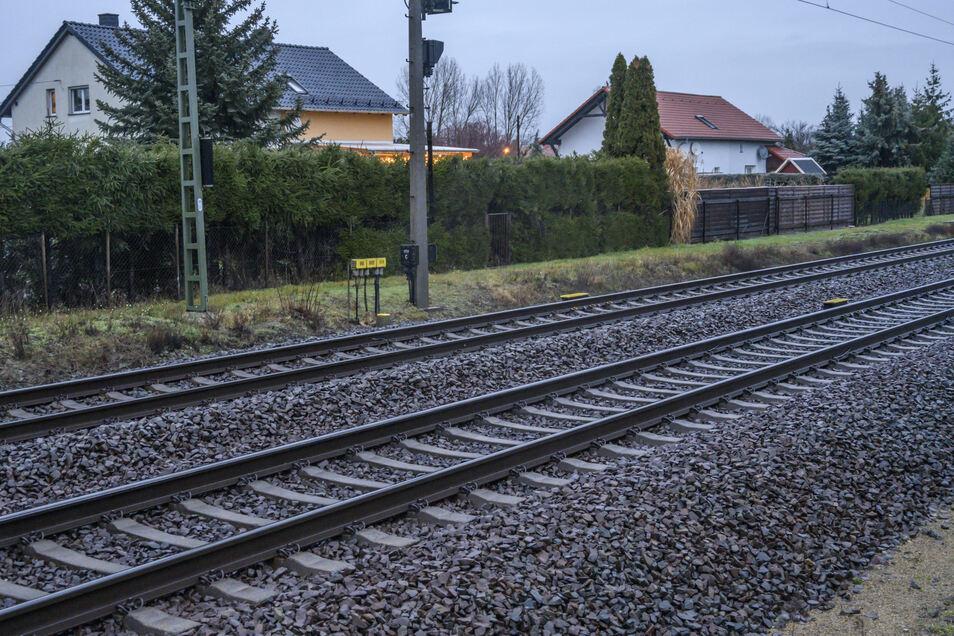 """Röderau: Diese beiden Doppelhäuser in der Nähe vom ehemaligen """"Waldschlösschen"""" direkt neben der Bahnlinie sollen zugunsten eines neuen Gleises abgerissen werden."""
