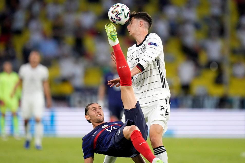 Kai Havertz wehrt sich gegen Frankreichs Adrien Rabiot und die Niederlage. Am Ende reicht es nicht - Frankreich gewinnt 1:0.