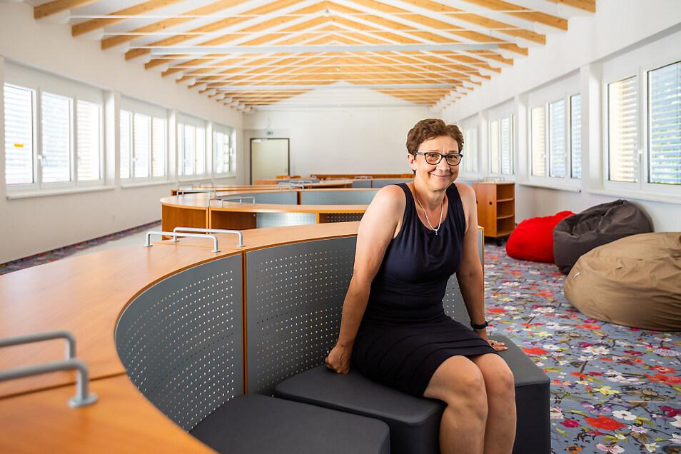 Schulleiterin Romy Stötzner in der Bibliothek, die wohl dank in den nächsten Tagen noch ausstehendem Technik-Einbau eher eine Mediathek sein soll.