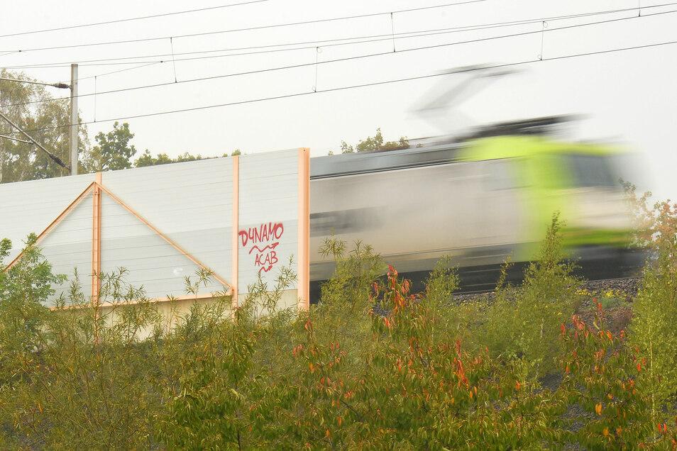 Seit der Sanierung der Bahnstrecke 2010 klagen viele Coswiger über zu laute Züge. In den nächsten Jahren will die Deutsche Bahn mit Lärmschutzwänden für Ruhe sorgen. Die entstehen links und rechts der Strecke zwischen Lößnitzstraße und Auerstraße.