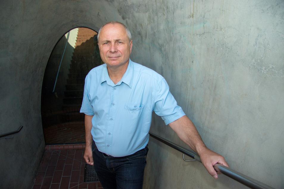 """Kanalnetzchef Männig steht im """"Trichter"""" neben dem Dr.-Külz-Ring. In Höhe des früheren Seetors wurde das Kunstwerk errichtet, das einen Einblick in einen der ältesten Dresdner Kanäle ermöglicht."""
