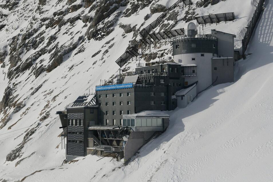 Schnee liegt um Deutschlands höchstgelegenen Umweltforschungsstation Schneefernerhaus (UFS) auf der Zugspitze.