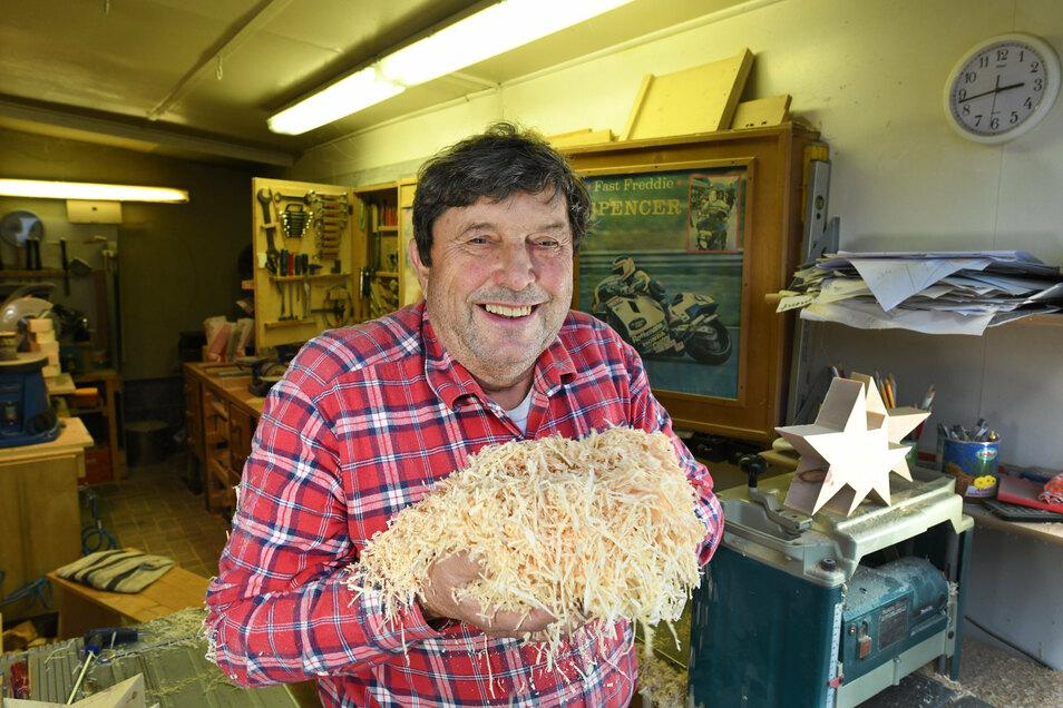 Gerd Offermanns Hobby ist die Herstellung von Dekoration, vorwiegend aus dem Holz der Zirbelkiefer. Die übrig gebliebenen Späne verarbeitet er jetzt weiter.