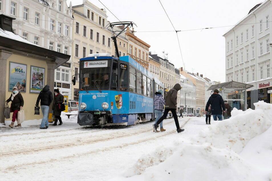 Die GVB in Görlitz meldet kaum Probleme. Die Straßenbahnen fahren - wie hier am Demianiplatz - wie gewohnt.