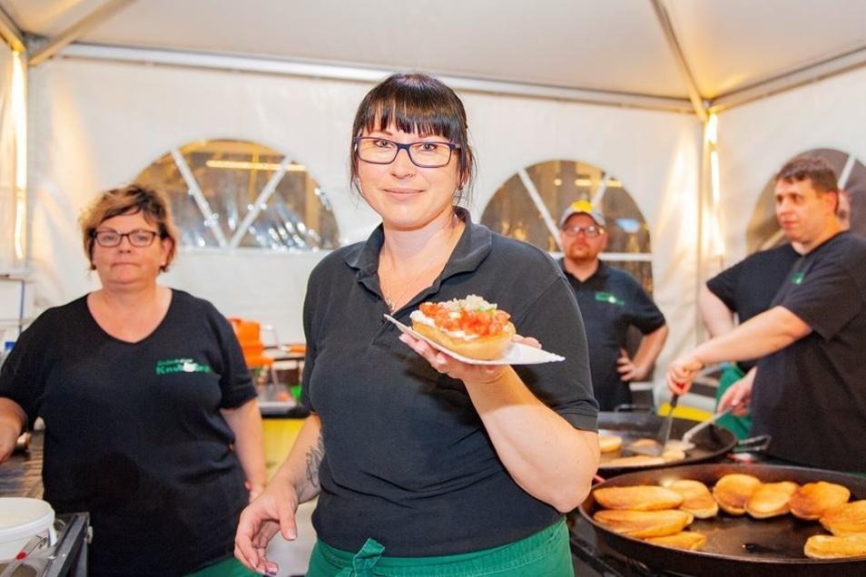 Heimspiel: Madleen Wagner präsentiert in der Heimat das beliebte Großenhainer Knobibrot. Ein Sechs-Mann-Team sorgte auf dem Frauenmarkt für eins von vielen kulinarischen Köstlichkeiten.
