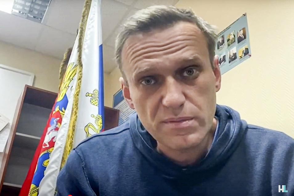 Alexej Nawalny ist der schärfste Kritiker von Russlands Präsident Wladimir Putin. Er soll im Straflager schwer erkrankt und nun in ein Gefängniskrankenhaus verlegt worden sein.