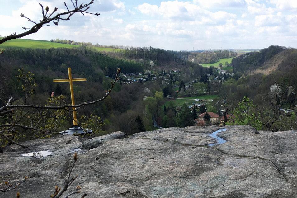 Beliebtes Fotomotiv: das Gipfelkreuz auf dem Götterfelsen. Es wurde 1843 von ehemaligen Schülern der St.-Afra-Schule Meißen gestiftet.