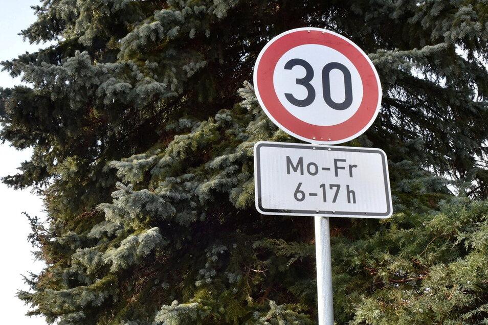 Im Zufahrts-Bereich zur Großpostwitzer Lessinggrundschule gilt neuerdings an Wochentagen eine Geschwindigkeitsbegrenzung auf 30 Kilometer je Stunde.