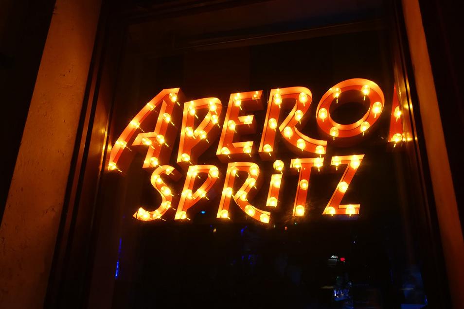 Blinkende Lettern locken Gäste ein letztes Mal in die Bars. Ab Mittwochnacht müssen sie bis mindestens zum 20. April geschlossen bleiben.