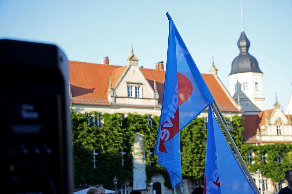 AfD-Fahnen während einer Veranstaltung auf dem Riesaer Markt. Die Partei möchte ihre Kräfte bündeln, um Bundestagskandidatin Barbara Lenk zu unterstützen.