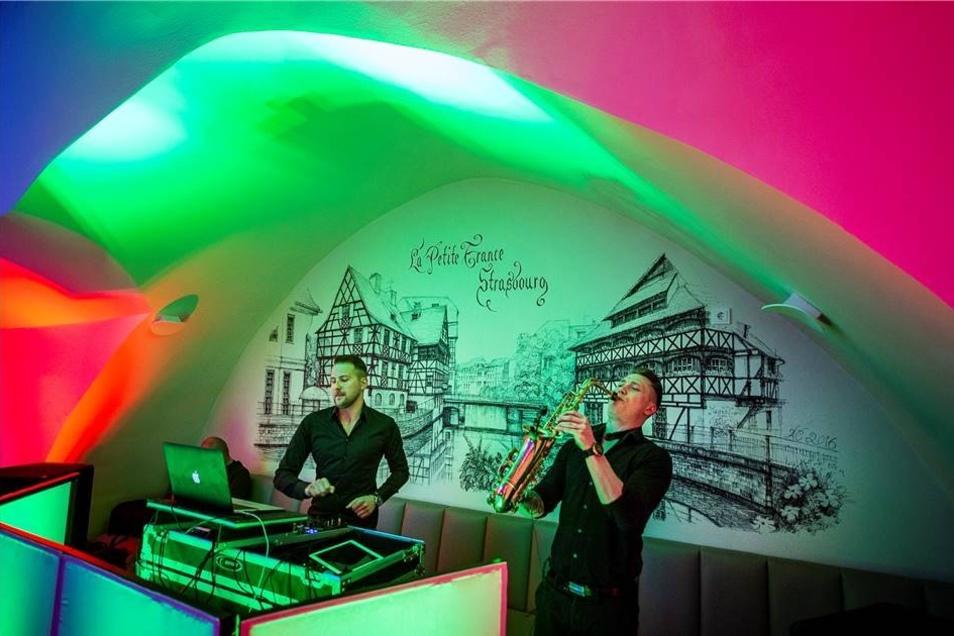 """Eine ungewöhnliche Kombination boten Jeyjey Sax und DJ DKS den Zuschauern im """"La Vie"""" in der Weberstraße ..."""