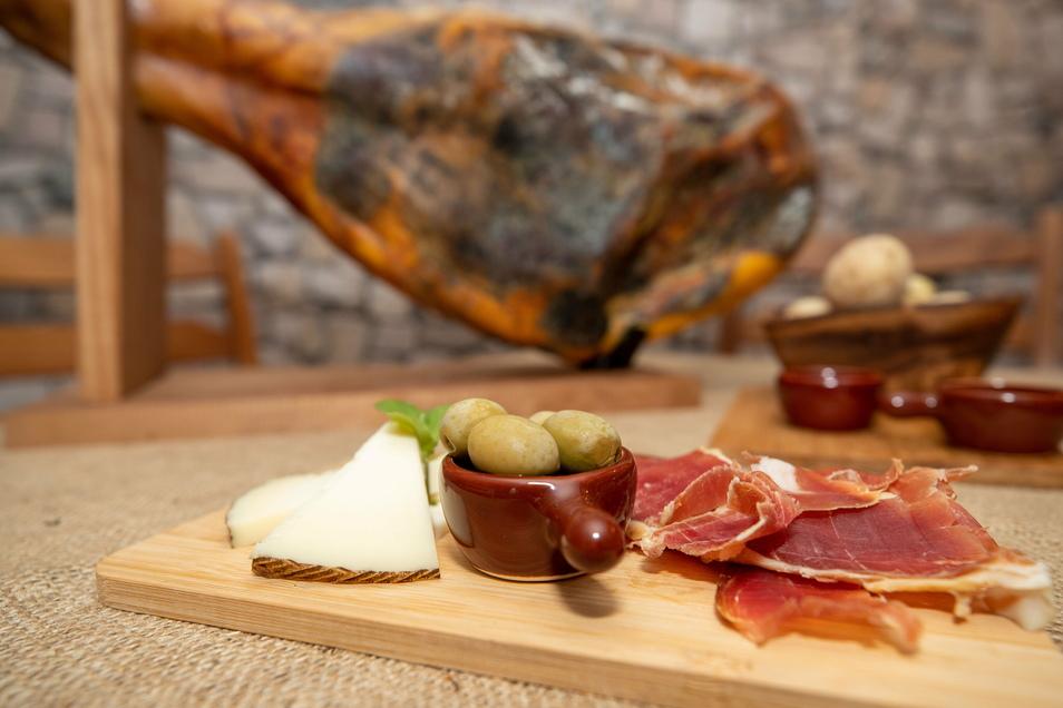 Spanische Platte: selbst gemachter Käse, Oliven und Serrano-Schinken.