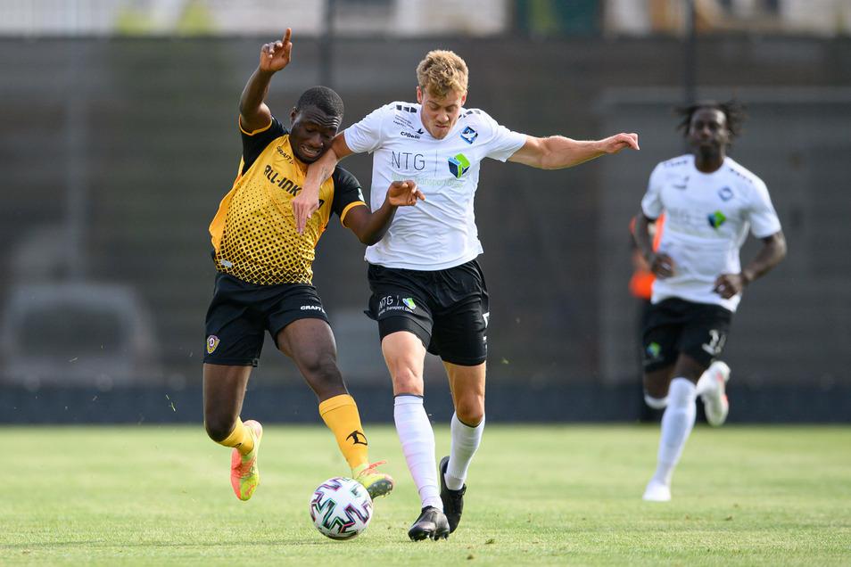 Dynamos Agyemang Diawusie (l.) erzielt das 1:0.