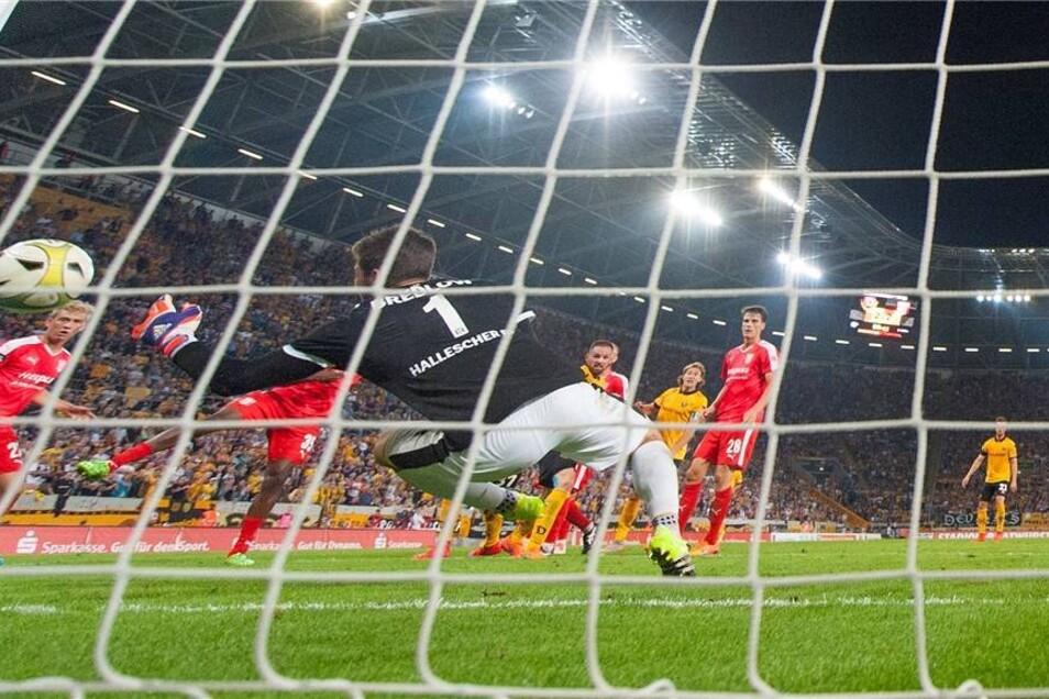 Auch in der Ära Uwe Neuhaus gelingt den Dresdnern Ähnliches. Zum ersten Mal passiert es am 5. Spieltag der Aufstiegssaison 2015/16: Kurz vor Schluss liegen die Schwarz-Gelben vor heimischer Kulisse mit 1:2 gegen den Halleschen FC zurück. Doch Michael Hefele (85. Minute) und Giuliano Modica (88.) drehen das Spiel zu Dynamos Gunsten.