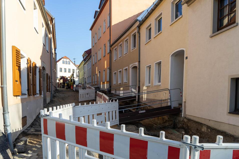 Die Wagnergasse in Bischofswerda wird saniert. Bauarbeiter begannen jetzt damit, die Wasserleitungen zu erneuern.