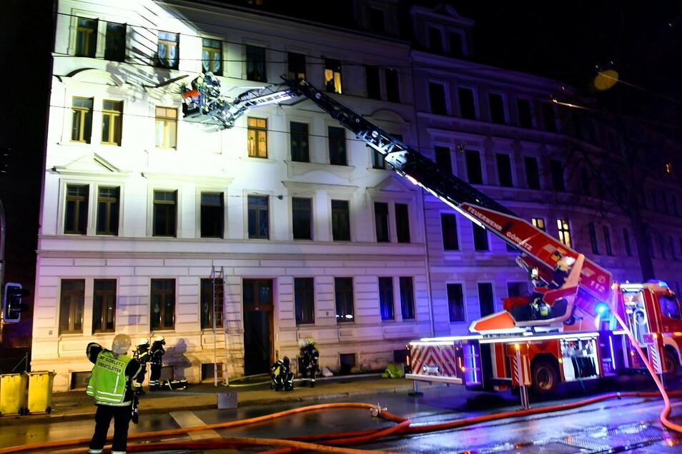 In den Morgenstunden kam es am Donnerstag auf der Zittauer Straße in Görlitz zu einem Wohnungsbrand in einem Mehrfamilienhaus. Eine Frau wurde über die Drehleiter gerettet.
