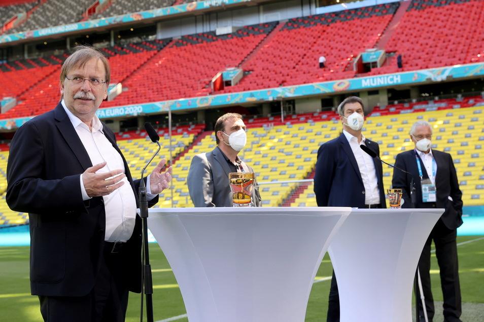 Der interimsmäßige DFB-Boss Rainer Koch (l.) verteidigte die Entscheidung der Uefa, die Münchner Arena nicht in Regenbogenfarben erleuchten zu lassen. Die Uefa sei aufgrund ihrer Statuten eine politisch und religiös neutrale Organisation, meinte Koch in e