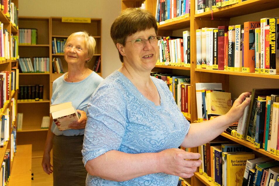 Büchereileiterin Heike Sommer (rechts) betreut ehrenamtlich die Einrichtung, die Ingeburg Schröter als dankbare Leserin gern aufsucht.