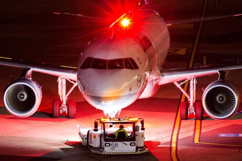 Ein Airbus 320-200 der Fluggesellschaft Lufthansa wird auf dem Flughafen Düsseldorf aus der Parkposition gedrückt.