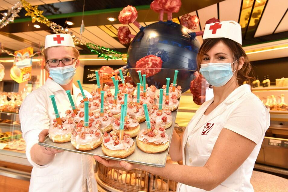 Kerstin Sauer und ihre Mitarbeiterin haben für ihre Pfannkuchen deutlich mehr Impfdosen vorbereitet als die Bundesregierung.