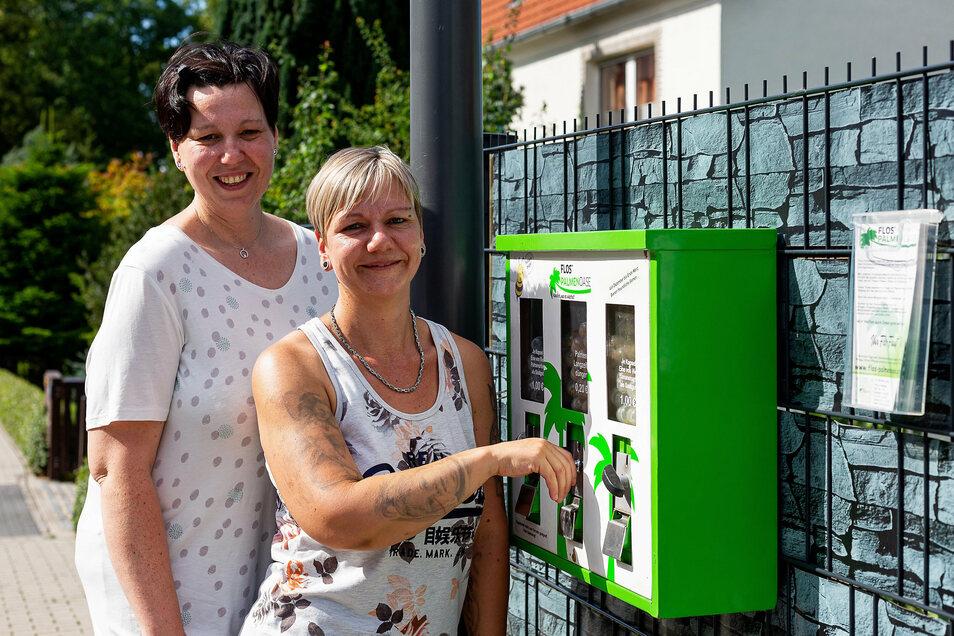 Einmal drehen: Bianca Paßon zeigt, wie einfach es ist, den Automat zu bedienen, den sie mit Katrin Mugele auf der Sedlitzer Straße in Heidenau aufgehängt hat.