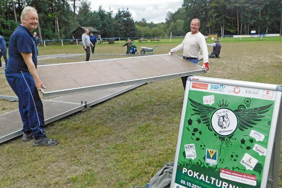 Bevor das Festzelt auf dem Sportplatz in Kromlau aufgebaut werden konnte, hieß es am Mittwochnachmittag anpacken und schwere Bodenteile verlegen. Frank Konietzky (li.), Organisator des EOFS-Pokalturniers und Spieler bei den Grauen Wölfen Weißwasser, ko