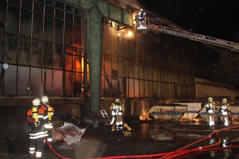 In der Halle einer Recyclingfirma war gelagerter Müll in Brand geraten.