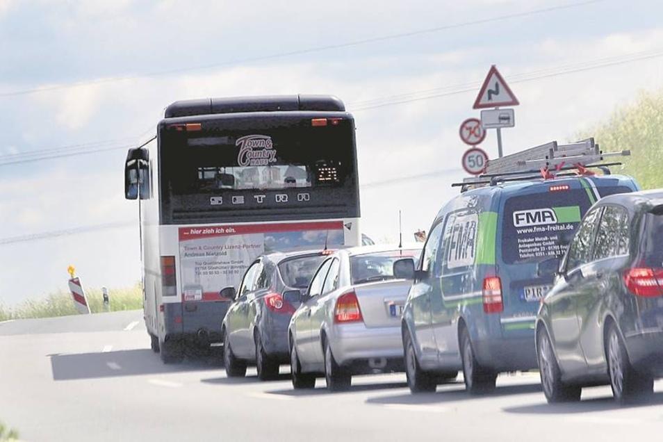 Gleich hinter Bonnewitz staut sich der Verkehr. Eine Bauampel ist der Grund.