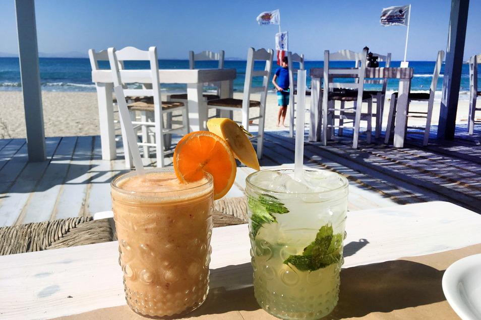 Die Touristen können kommen, das Risiko ist überschaubar: Zwei kühle Getränke stehen auf dem Tisch in einer Taverne auf der griechischen Insel Naxos.