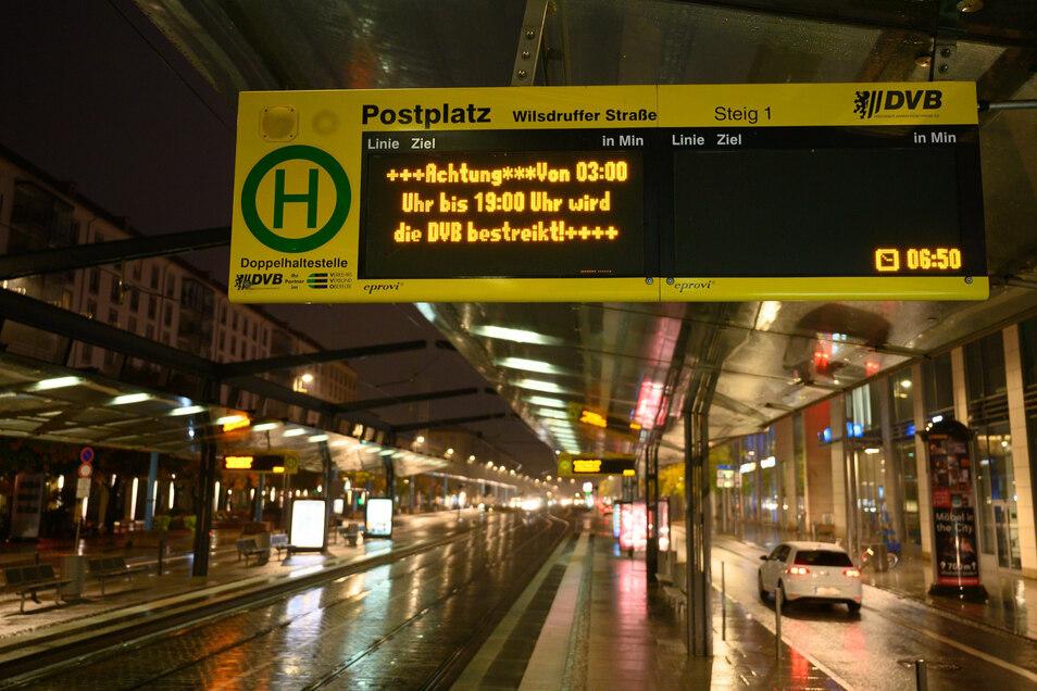 An der leeren Haltestelle am Postplatz bleibt den DVB an diesem Tag nur die Info, dass das Unternehmen bestreikt wird.