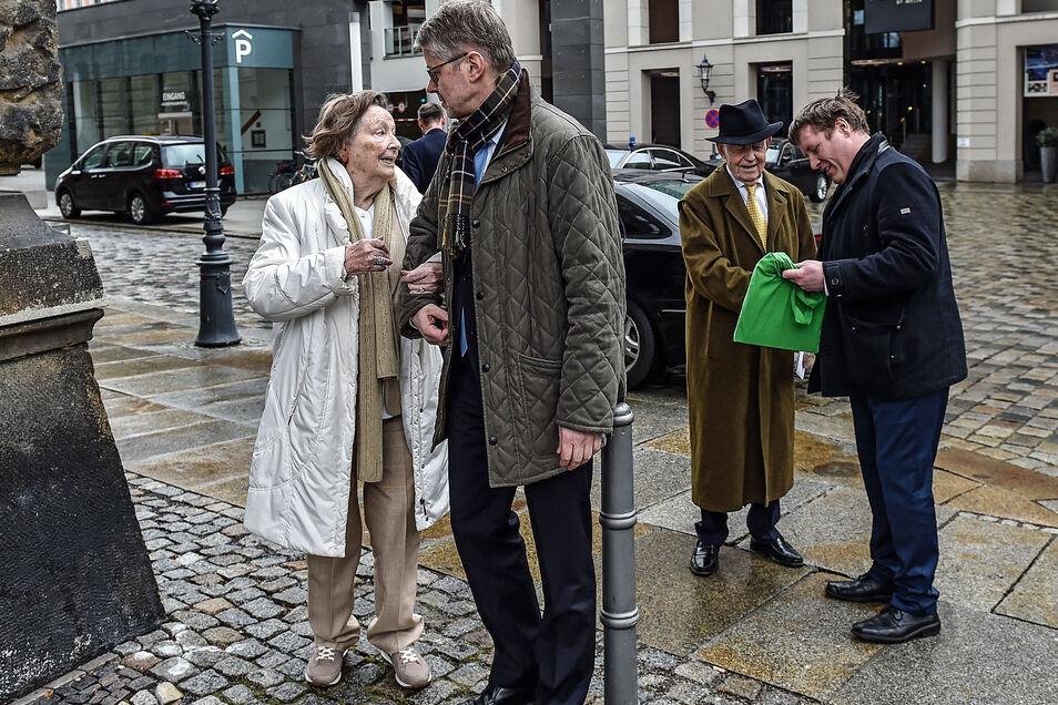 Unter dem ungeduldigen Blick von Ehefrau Ingrid: Großenhains Oberbürgermeister Dr. Sven Mißbach (hinten rechts) nutzte die Gelegenheit und gratulierte dem 90-jährigen Kurt Biedenkopf auf der Straße.