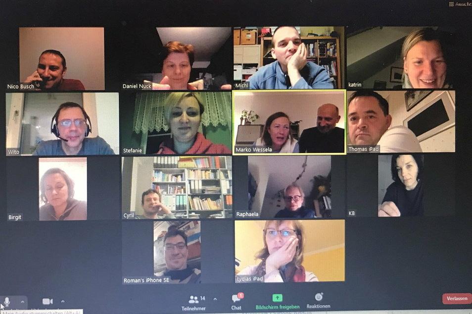 Die Vereinsgründung fand per Videokonferenz statt. Laut dem Bund Lausitzer Sorben (Domowina) war dies eine Premiere. Erstmals wurde ein Verein mit dem Ziel der Förderung des Sorbischen in Form einer digitalen Gründungsversammlung ins Leben gerufen.